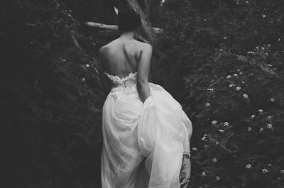 Recogiendo la cola del vestido de novia