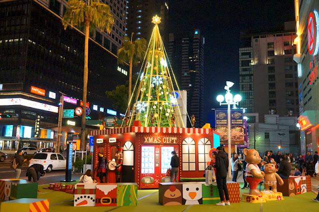 台中聖誕活動再一發│聖誕特快車來到廣三SOGO百貨廣場前亮相,還有禮物販賣機和印可拍