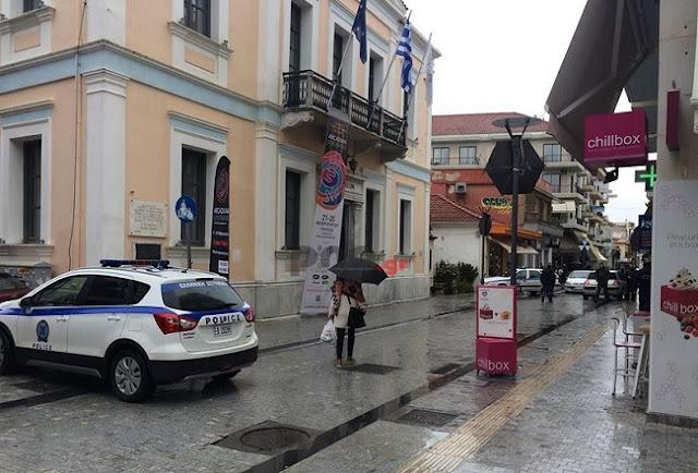 Εκκένωση έξω από το παλιό δημαρχείο στην Τρίπολη μετά από τηλεφώνημα για βόμβα (βίντεο)