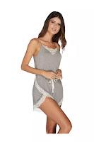 Com cadarço na cintura, que ajusta a largura e cria um efeito blusé