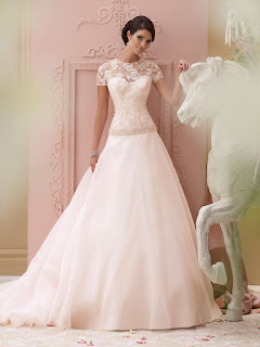 0224241071cf6 إن كنت عروس وتبحثين عن إطلالة مميزة وغير تقليدية، لا تترددي واختاري أحد فساتين  زفاف مايكل سينكو لربيع