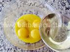 Prajitura cu crema mascarpone si ciocolata preparare reteta blat - amestecam uleiul cu galbenusurile