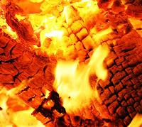 Yanan odunlardan oluşan kor ateş