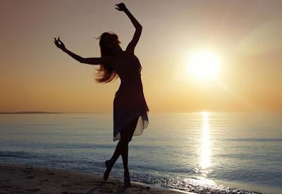 Resultado de imagem para mulher dançando sozinha