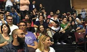 me-neolaioys-stis-kerkides-parakolouthhse-to-synedrio-o-tsipras