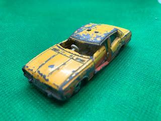 日産 セドリック2800SGL のおんぼろミニカーを斜め前から撮影