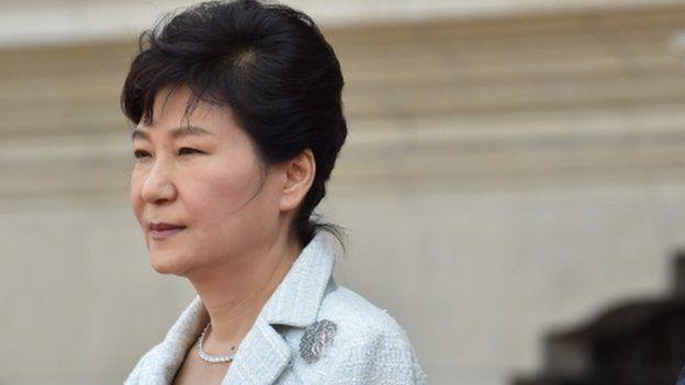 A Promotoria da Coreia do Sul informou neste domingo (20) que a presidente do país, Park Geun-hye, está implicada em um grave caso de corrupção e tráfico de influência que atinge uma amiga e assessora