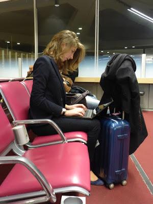 Reisende am Flughafen, hochkonzentriert