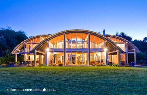 Casa residencial de gran tamaño contemporánea de techos curvos