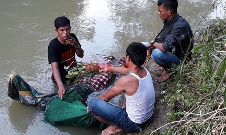 Warga mengevakuasi jenazah korban yang hanyut di sungai.
