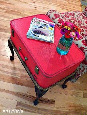 mesa hecha con una maleta reciclada de color rosa