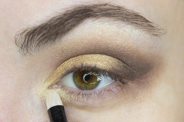 New year make-up 2018: golden accent. Step 5: duochrome shade 204 Golden aureole Limoni Eye Shadow