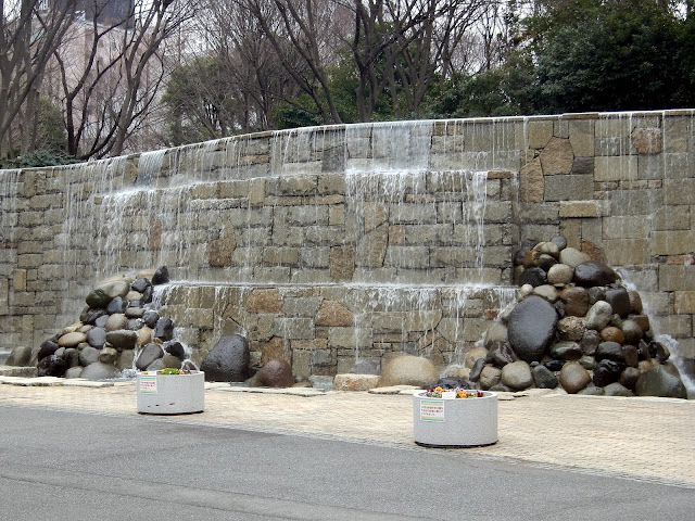 Imagen de la mini-cascada del parque Shinjuku Chuo