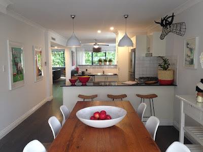 Table de salle à manger en bois près de la cuisine.