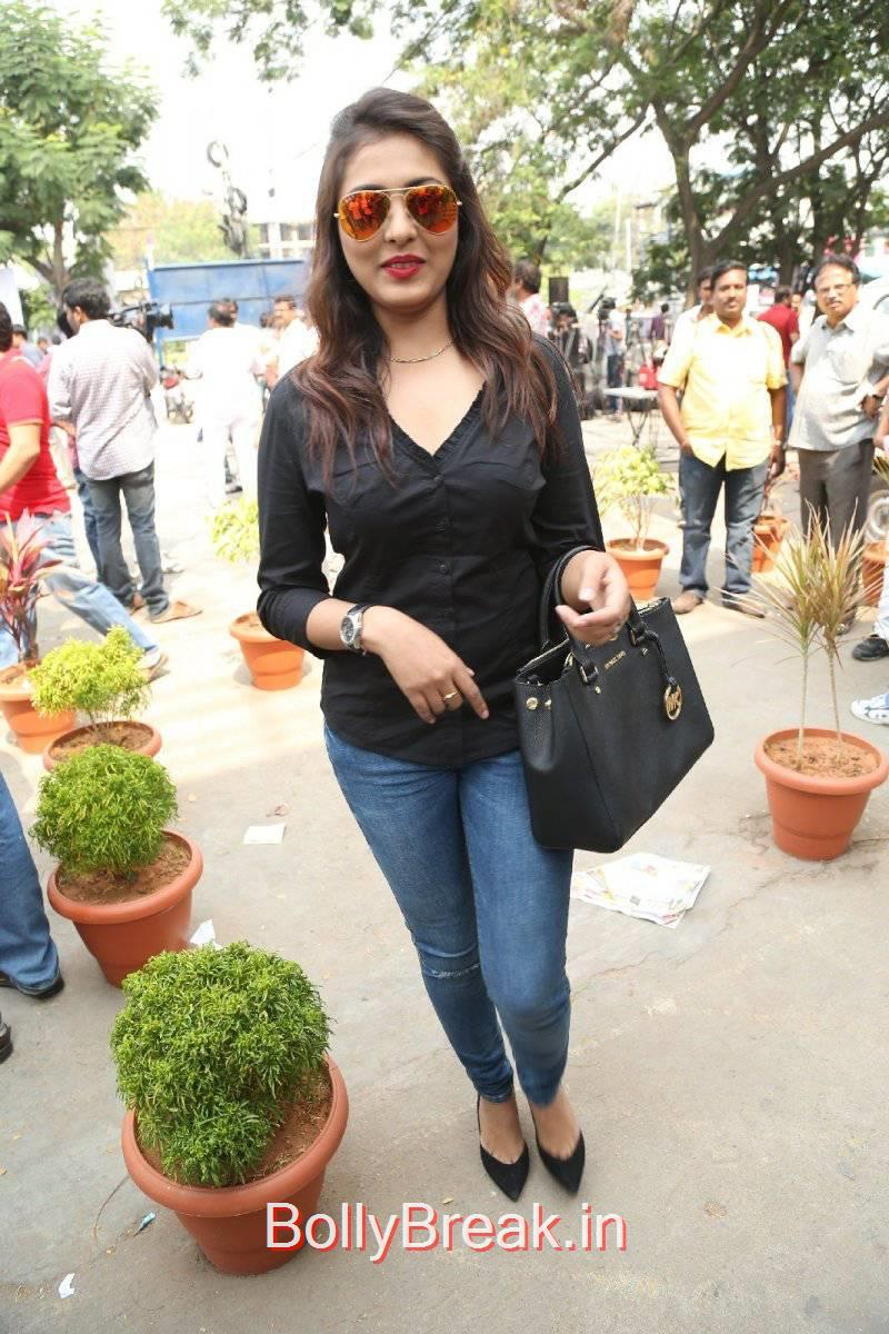 Telugu Actress Madhu Shalini, Madhu Shalini Pics in Tight Blue Jeans & Black Top