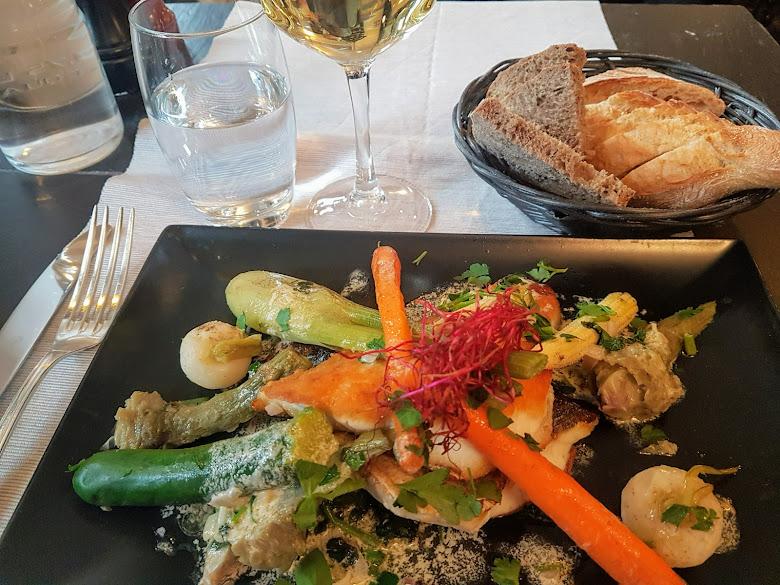 享受的午餐,葡萄酒跟主菜差不多價格呢...