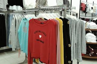 outfit gaya kasual untuk wanita