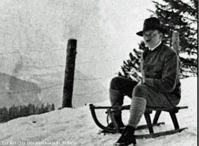 Hitler auf Schlitten im Winter witzig - Rodeln gehen
