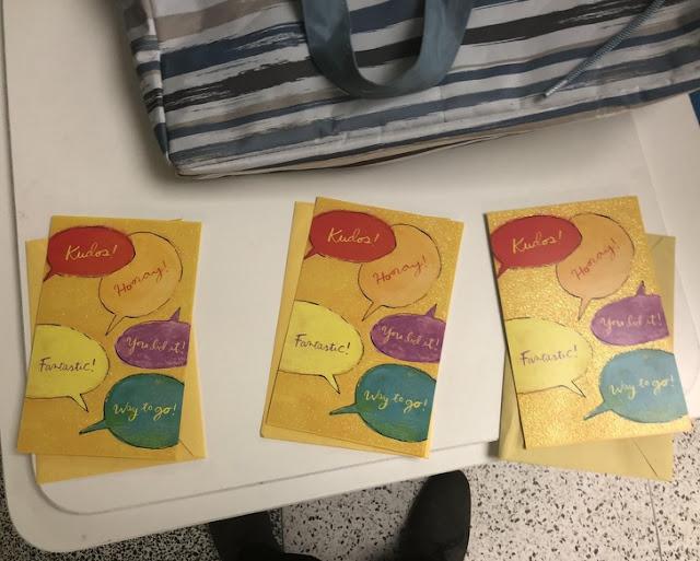 Três pessoas deram o mesmo cartão de presente