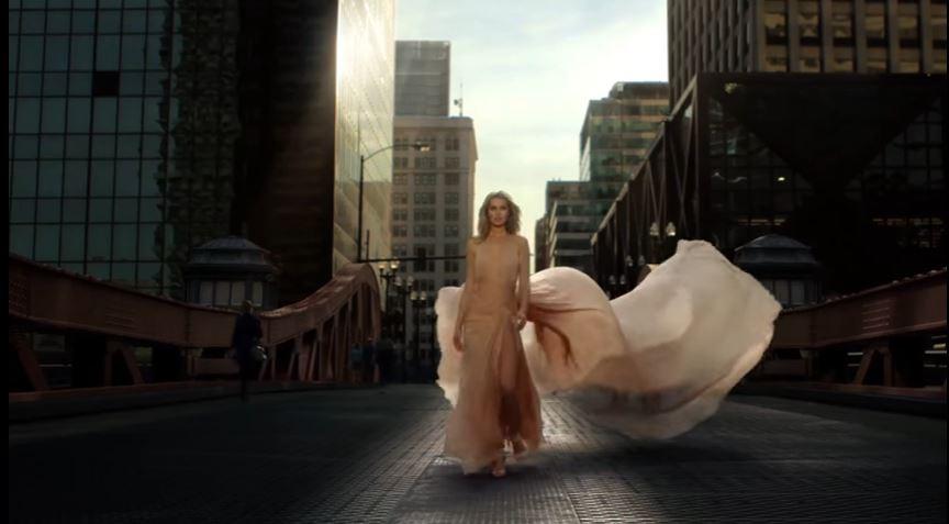 Modella ELIE SAAB pubblicità LE PARFUM con modella bionda che passeggia per la città con Foto - Testimonial Spot Pubblicitario ELIE SAAB 2016