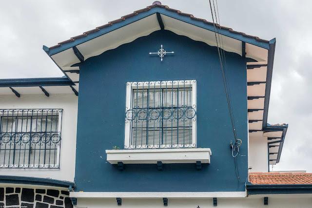 Casa com ornamento e grades de ferro com desenho diferente e bonito