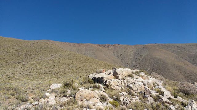 ascenso, subir, cerro La Vaquita, vista, filo, cumbre, pircas del viento, roquerio los pajaros