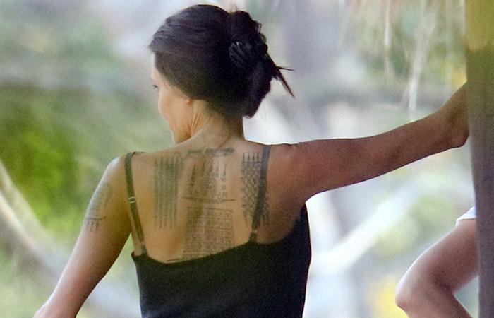 Angelina Jolie deixa tatuagem à mostra, o desenho completo nunca havia sido visto antes