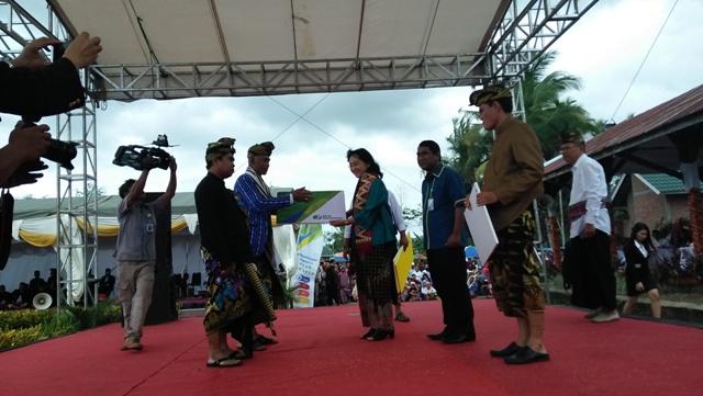 Kisah Kesakralan Kain Songket Umbaq yang Dipotong di Festival Begawe Jelo Nyesek