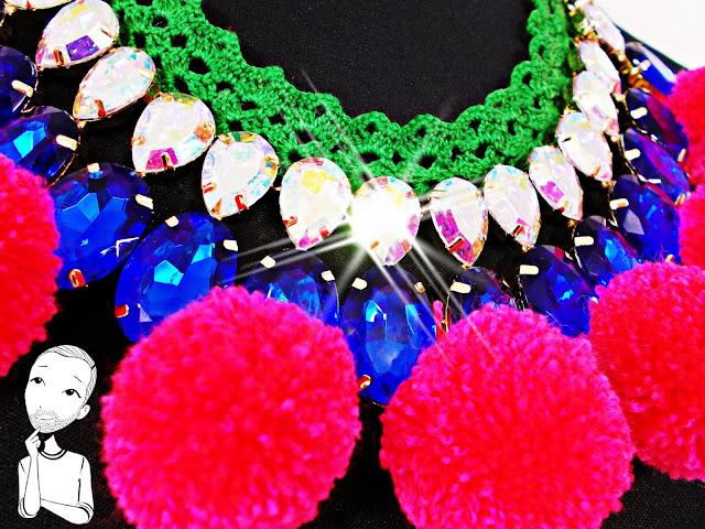 Resultado final de la customización del collar con puntilla y pompones
