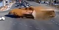 شاهد بالفيديو  تصادم عنيف بين شاحنتين يفرغ حمولتهما على الطريق
