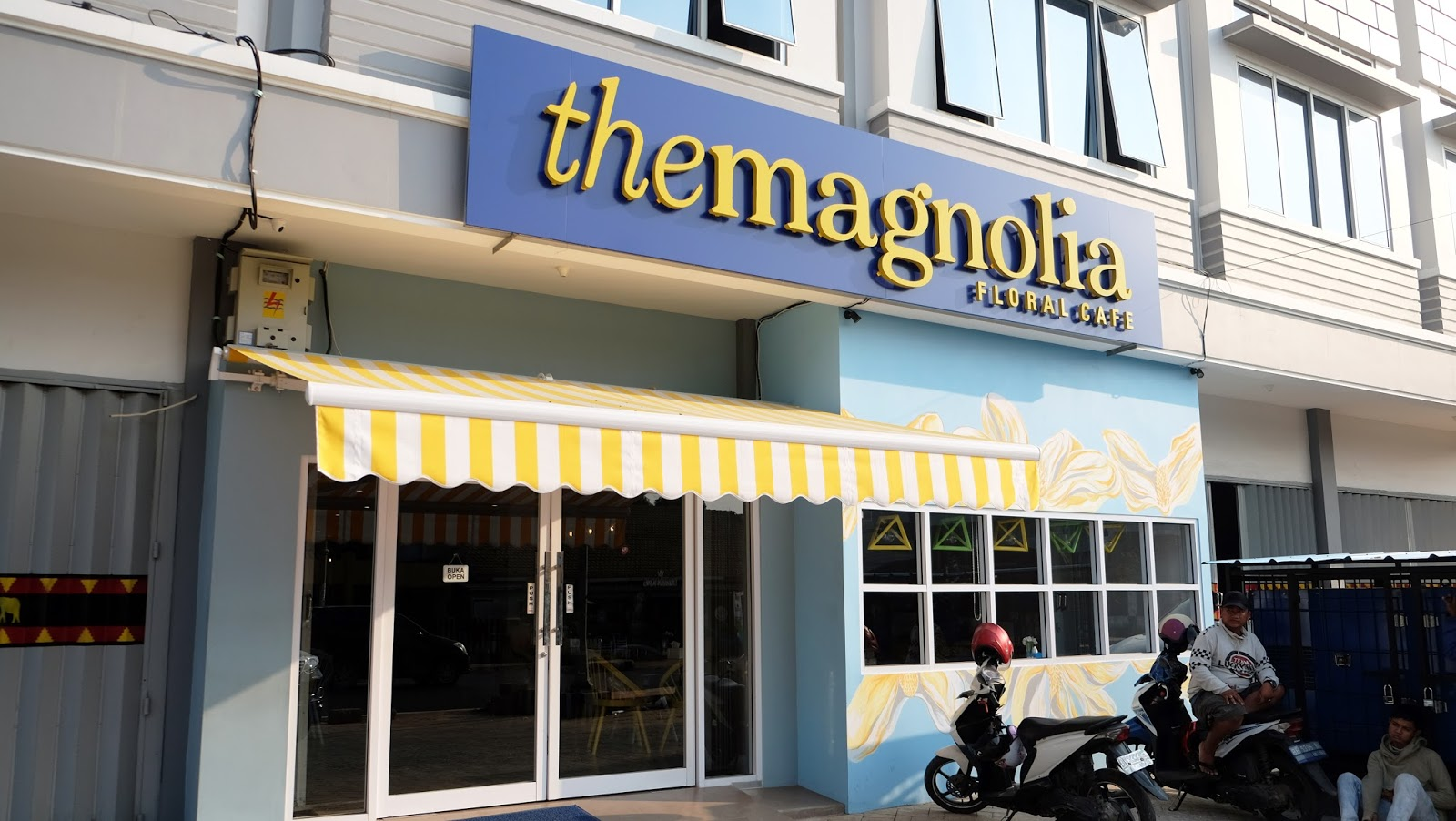 The magnolia floral cafe lampung yukianto darmawan the magnolia floral cafe from the name itself we must be think about a cafe with full of flowers there this cafe opened about month and i interest with reviewsmspy
