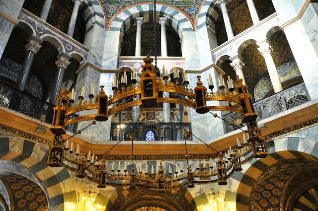 późnoromański świecznik fundacji Fryderyka Barbarossy w katedrze akwizgrańskiej