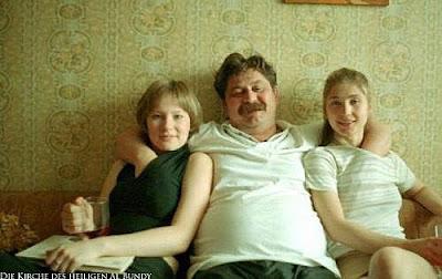 Witzige Familienbilder Mann mit Schnauzbart auf Sofa