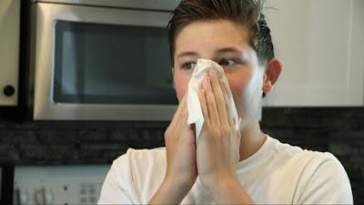 Un hombre tiene una hemorragia nasal