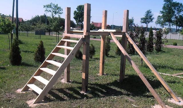 Plac zabaw skrojony na miarę - montaż schodów