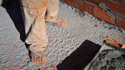 Precisamos calçar as sandálias da humildade para atender aqueles que mais precisam.