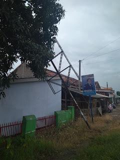 Papan Reklame Hancurkan Bangunan MCK Sekolahan di Karawang
