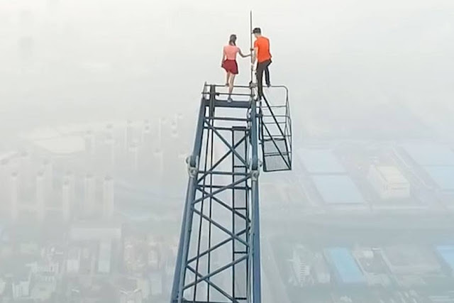 Daredevil Couple Bypasses Security And Scales China's Tallest Construction Site. PICS