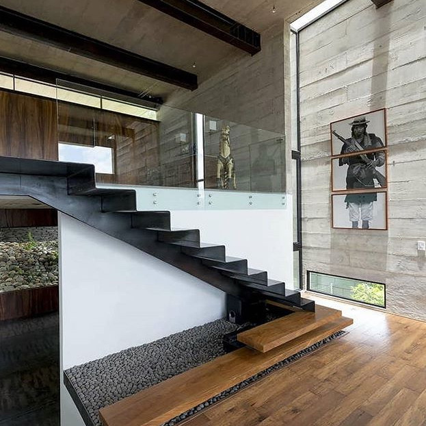 Bahan tangga unik pada gambar rumah minimalis terbaru