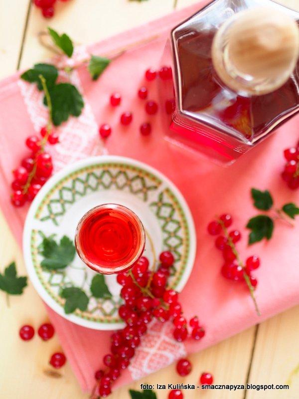 naleweczka porzeczkowa, porzeczkowka, czerwone porzeczki, domowe trunki, likier porzeczkowy, owoce na nalewke, kieliszek nalewki,