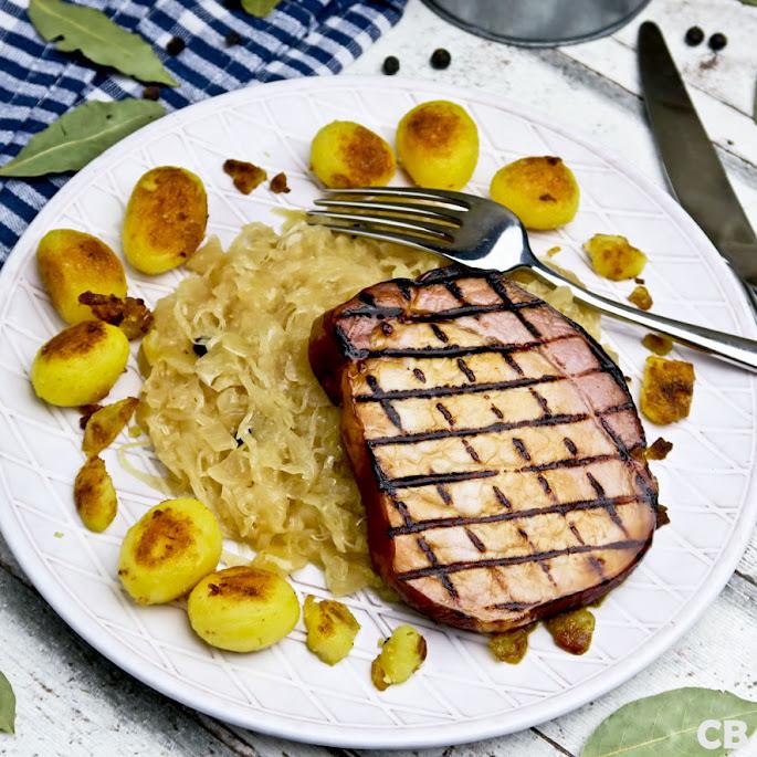Gegrilde casselerrib-steaks met langzaam gegaarde zuurkool