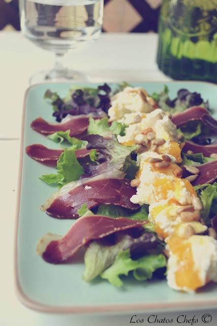 ensalada con queso fresco de nectarina y jamón de pato.