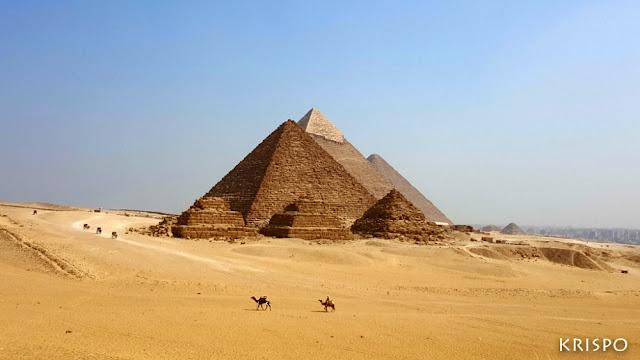 vista general de todas las piramides de giza en egipto desde el desierto