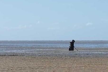 Foto Sosok Mirip Malaikat Maut Tertangkap Kamera Turis di Inggris