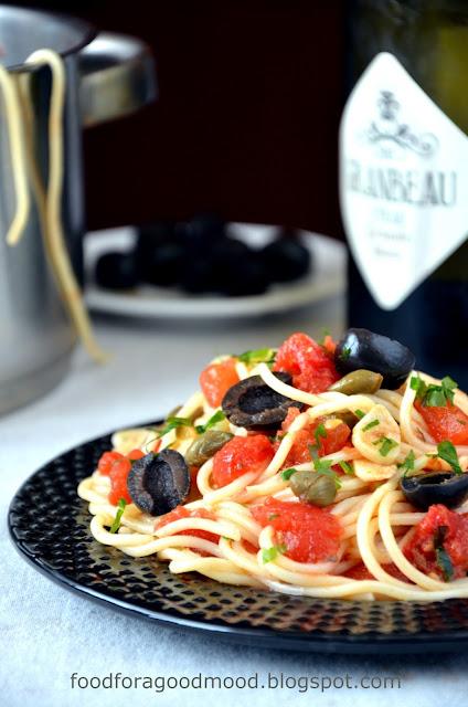 Pasta puttanesca to klasyczne danie, które łączy w sobie wszystko to, co najlepsze we włoskiej kuchni: pomidory oliwki, anchovies, kapary i najlepszą oliwę. Uważajcie jednak! Pasta puttanesca nie toleruje eksperymentów ;) Włosi nie wybaczyliby Wam prób ożenienia tego dania z parmezanem i zamiany natki pietruszki na bazylię lub oregano. To się po prostu nie godzi! ;)