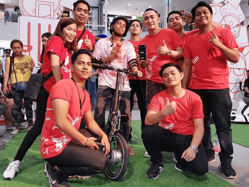 Mi Fans with the bike