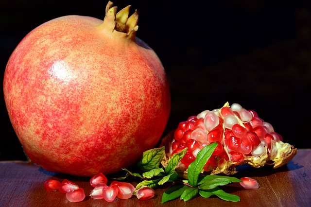 15 Superb health benefits of Pomegranate Juice, Pomegranate Juice side effects, What is pomegranate?, Pomegranate juice for skin, Benefits for men.