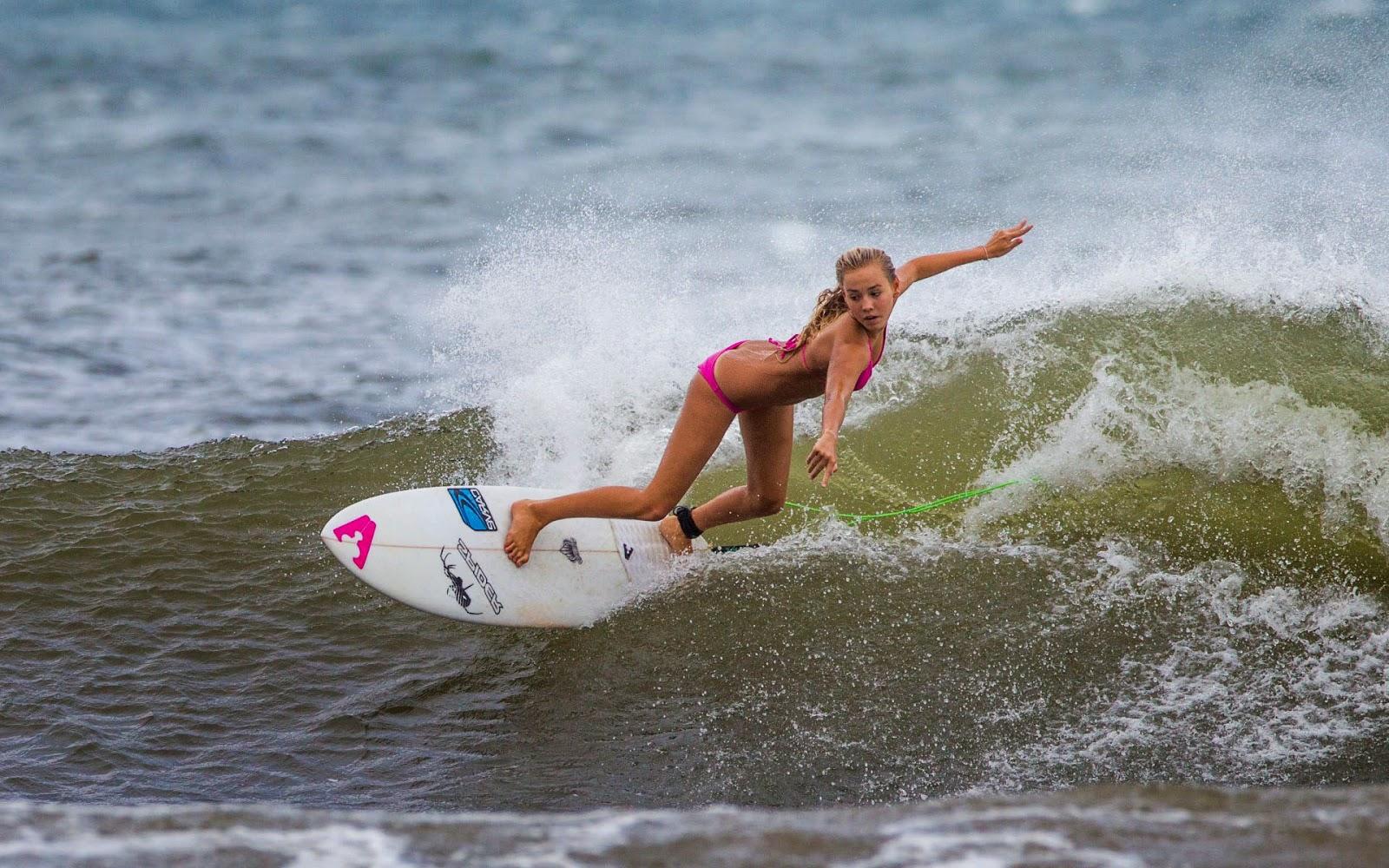 Vrouw op surfplank in de branding  Achtergronden