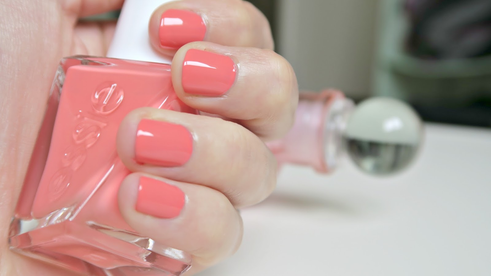vernis à ongles de la marque essie effet gel teinte corail