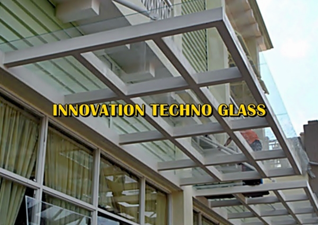 Kanopi Kaca Teras Pada Fasad Rumah Minimalis